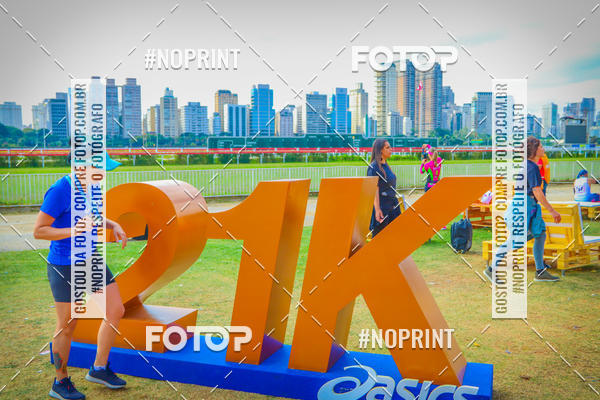 Buy your photos at this event Asics Golden Run SP 2019 on Fotop
