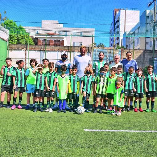Escolinha de Futebol do América (Coreu) : Visita do jogador Everton Luiz on Fotop
