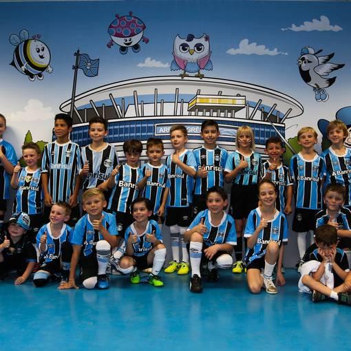 Crianças no campo GrêmioXSão Paulo 15/11/2017 no Fotop